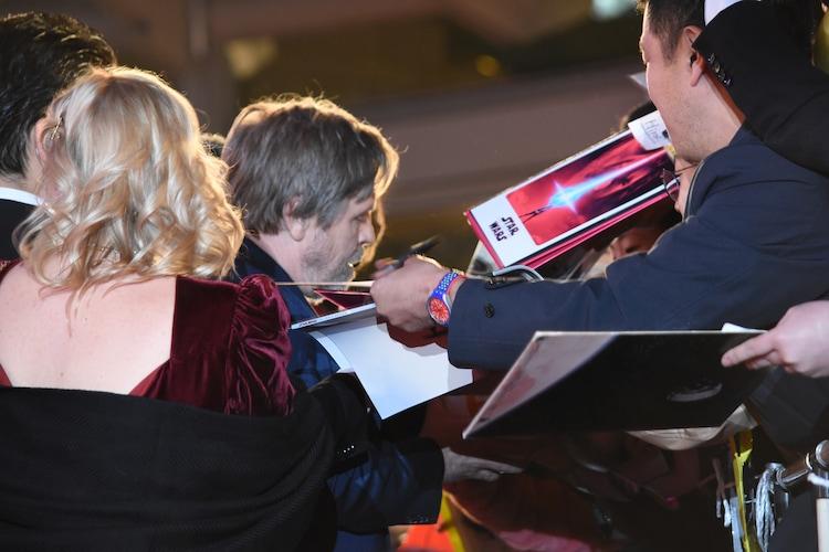 観客にサインをするマーク・ハミル。