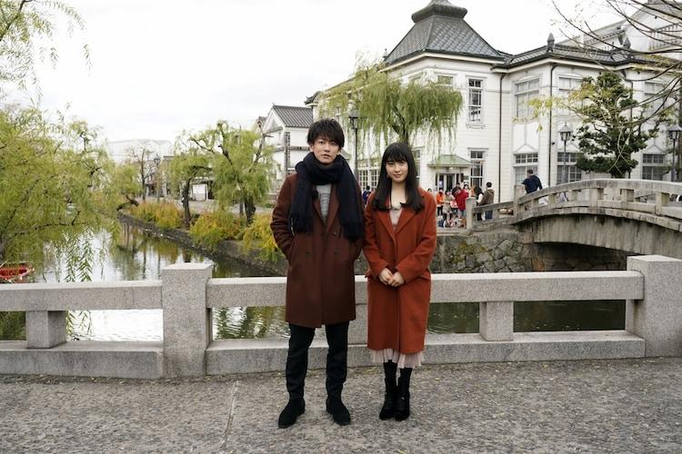 倉敷を訪れた佐藤健(左)と土屋太鳳(右)。