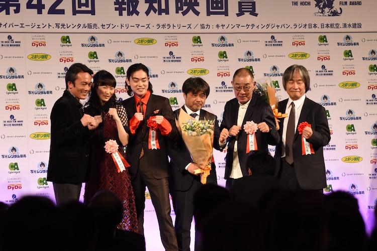 左から高橋和也、木下あかり、菅田将暉、岸善幸、でんでん、スターサンズ代表取締役の河村光庸。