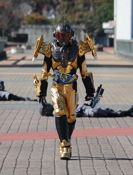 「仮面ライダービルド」より、仮面ライダーグリス。(c)2017 石森プロ・テレビ朝日・ADK・東映