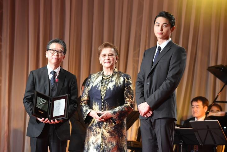 左からホリプロの菅井敦常務取締役、石原まき子、東出昌大。