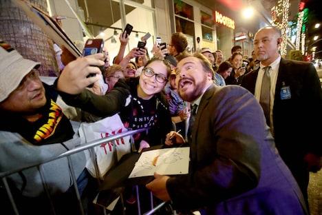 「ジュマンジ/ウェルカム・トゥ・ジャングル」LAプレミアにて、ファンと自撮りをするジャック・ブラック。