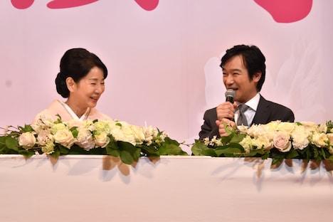 左から吉永小百合、堺雅人。
