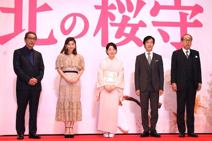 「北の桜守」完成披露会見の様子。左から滝田洋二郎、篠原涼子、吉永小百合、堺雅人、岸部一徳。