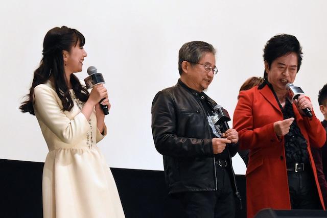 曲に合わせて一緒にリズムを取る水木一郎(右)と永井豪(中央)。