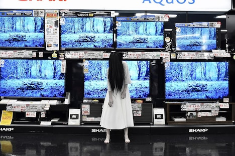 テレビ売場のディスプレイをジャックした貞子。
