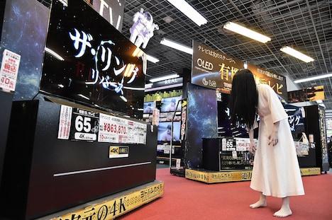 テレビ売場を徘徊する貞子。