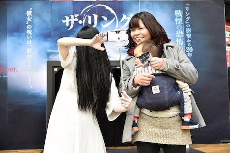 じゃんけん大会の優勝者と自撮りする貞子。