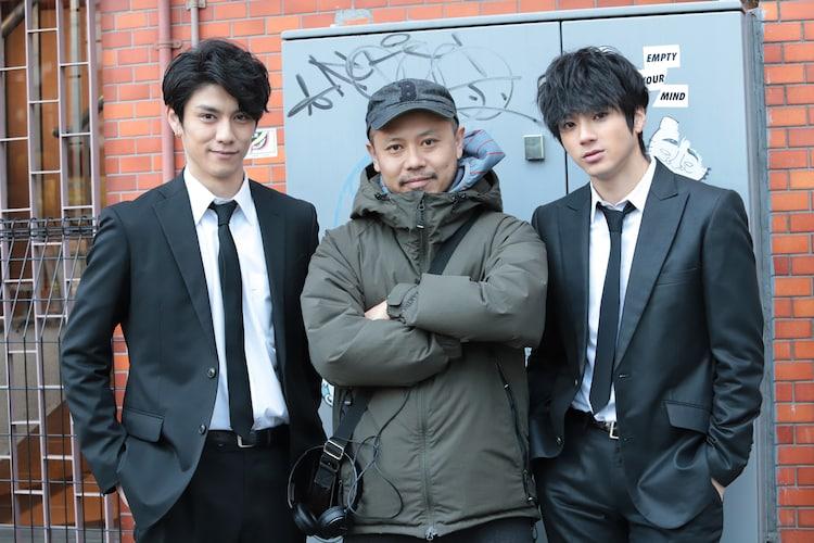 左から青木玄徳、監督の元木隆史、山田裕貴。
