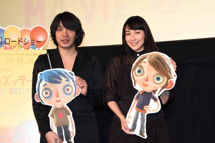 「ぼくの名前はズッキーニ」日本語吹替版先行上映会の様子。左から峯田和伸、麻生久美子。