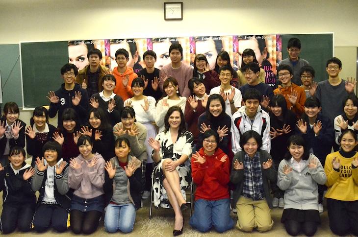 東京・都立西高等学校にて行われた「ナチュラルウーマン」特別授業の様子。