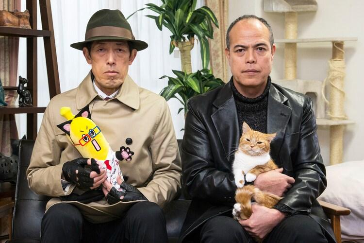 左から猫仕様のBSナナナ(BSナナニャ)を抱く嶋田久作、猫を抱く田中要次。