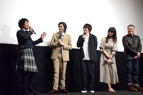 童貞3人組を演じた俳優陣の自由なトークを池田エライザ(右から2番目)が見守る様子。