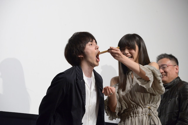 林遣都(左)に肉じゃがを食べさせる池田エライザ(右)。