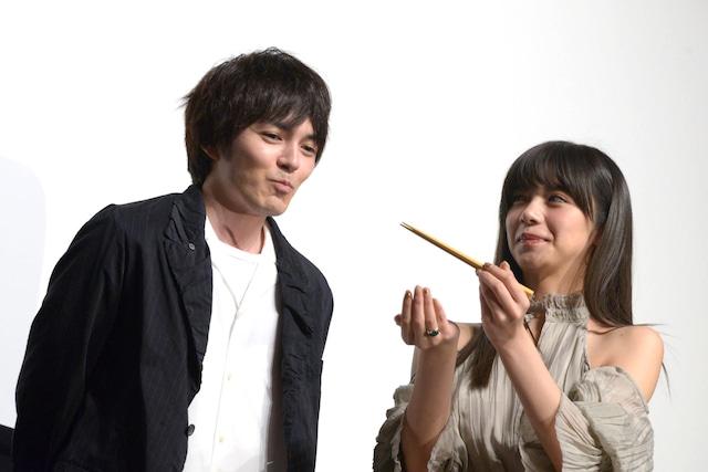 池田エライザ(右)に肉じゃがを食べさせてもらった林遣都(左)。