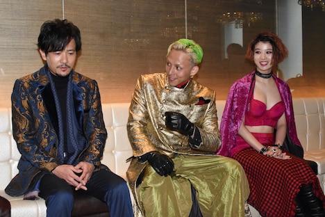 左から稲垣吾郎、満島真之介、馬場ふみか。