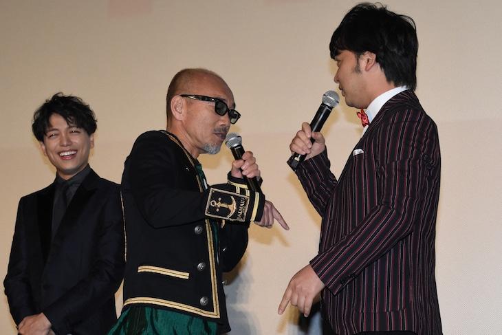 ジャングルポケット斉藤(右)にケンカを吹っかける竹中直人(中央)。