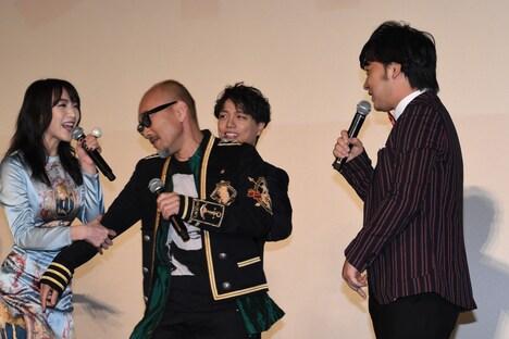 ジャングルポケット斉藤にケンカを吹っかけ、知英に止められる竹中直人。