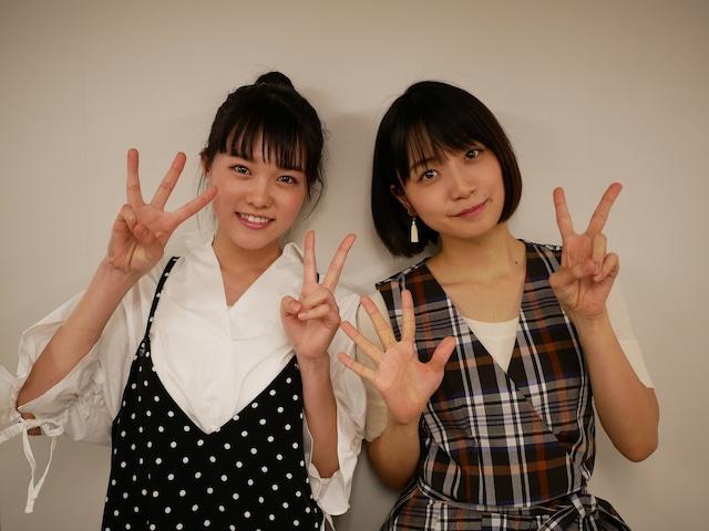左から志田彩良、深川麻衣。