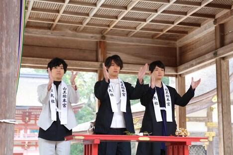 日吉大社での大ヒット祈願の様子。左から桐山漣、福士蒼汰、古川雄輝。