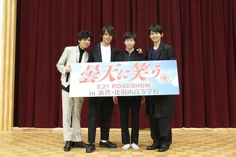 じゃんけん大会の勝者(中央右)と記念撮影するキャストたち。
