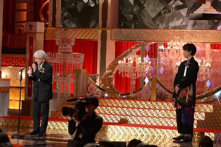 左から鈴木慶一、野田洋次郎。