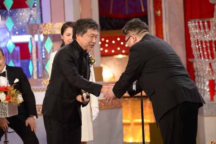 プレゼンターを務めた樋口真嗣(右)と握手をする是枝裕和(左)。