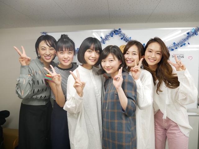左から音月桂、志田彩良、深川麻衣、伊藤沙莉、安倍萌生、Leola。