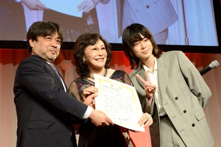 左から岸善幸、理事長の襟川恵子、菅田将暉。