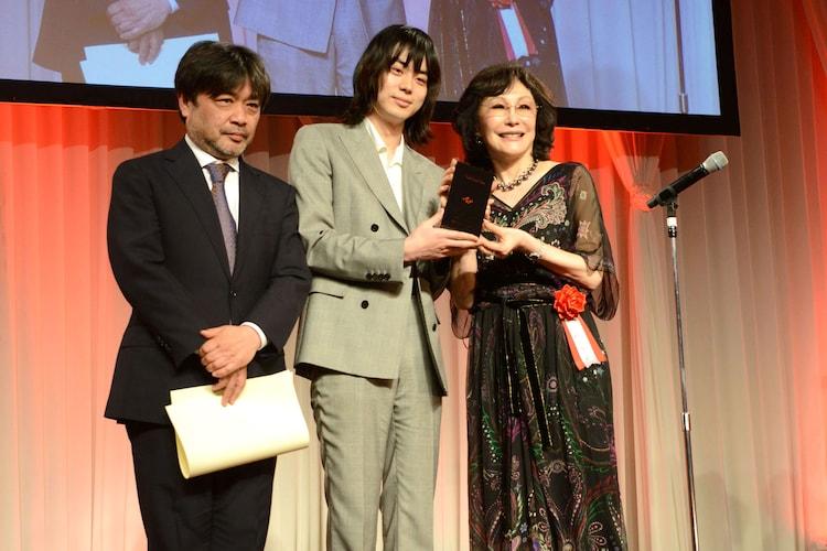 左から岸善幸、菅田将暉、理事長の襟川恵子。