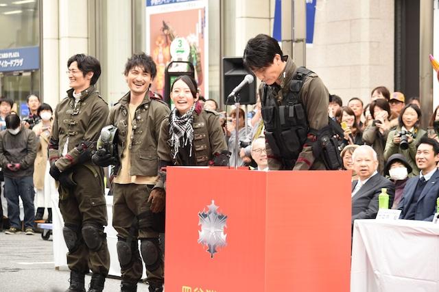 「仮面ライダービルドが来なくて、お子様の皆さんどうもすみませんでした!」と頭を下げる俊藤光利(右)。