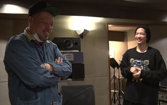 「ドルメンX」楽曲レコーディングでのくっきー(左)と志尊淳(右)。