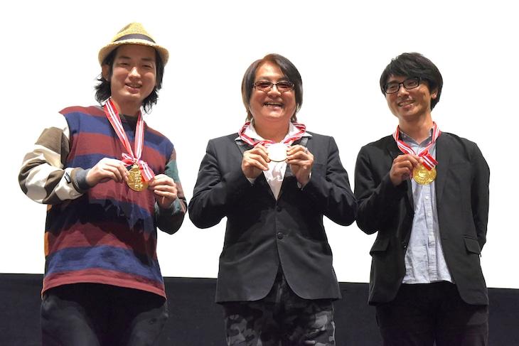 金メダルを贈呈された3人。左から高橋悠也、鈴村展弘、大森敬仁。
