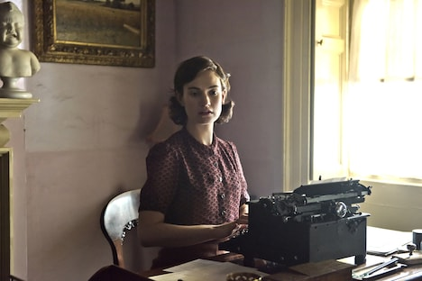 リリー・ジェームズ演じる、エリザベス・レイトン。