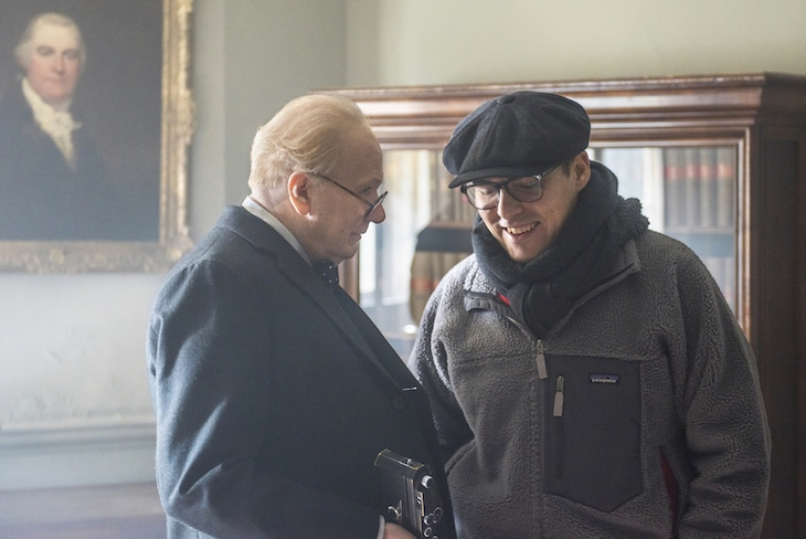 左からウィンストン・チャーチル役のゲイリー・オールドマン、監督のジョー・ライト。