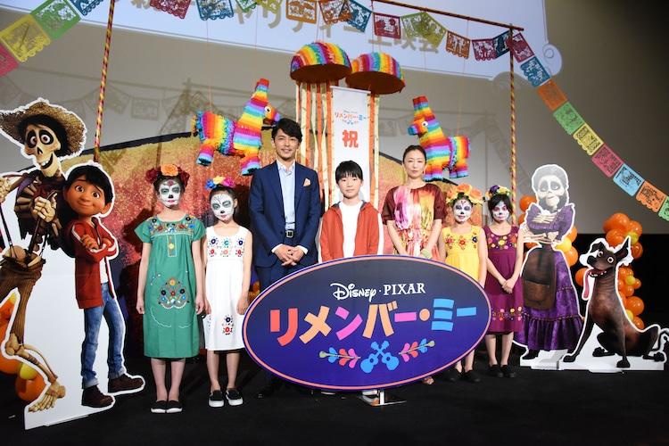 「リメンバー・ミー」春休み親子上映会の様子。藤木直人(中央左)、石橋陽彩(中央)、松雪泰子(中央右)とガイコツメイクのキッズたち。