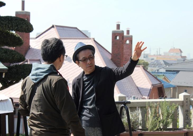 神戸でロケハンをする水谷豊(右)。