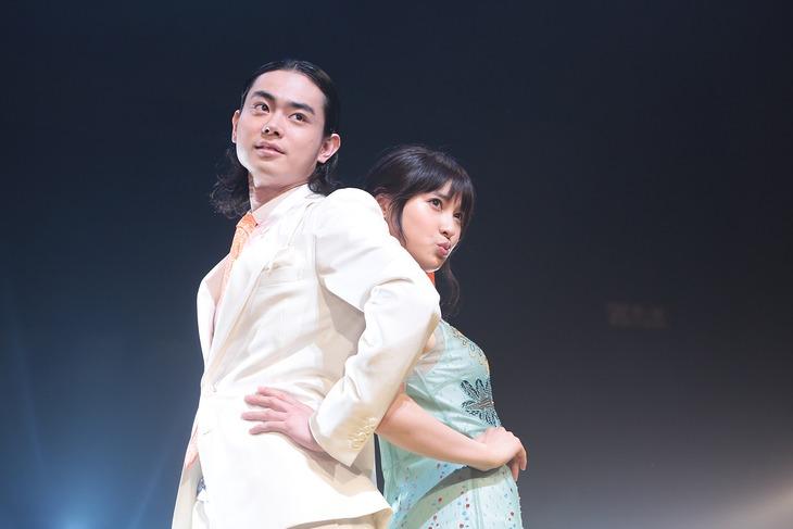ランウェイに登場した菅田将暉(左)と土屋太鳳(右)。