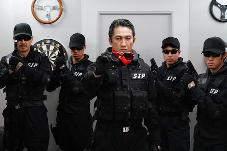 「炎神戦隊ゴーオンジャー 10 YEARS GRANDPRIX」より、神尾佑演じる暮井虎夫(中央)。