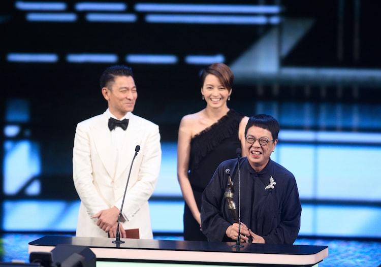 第37回香港電影金像奨で受賞したアン・ホイ(手前)と、プレゼンターを務めたアンディ・ラウ(後方左)、ジジ・リョン(後方右)。(写真提供:Xinhua / Sipa USA / Newscom / ゼータ イメージ)