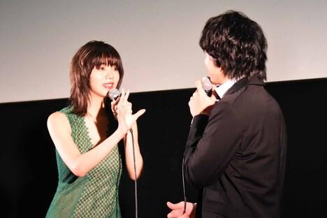 訳あり物件に住めるか討論する池田エライザ(左)と健太郎(右)。