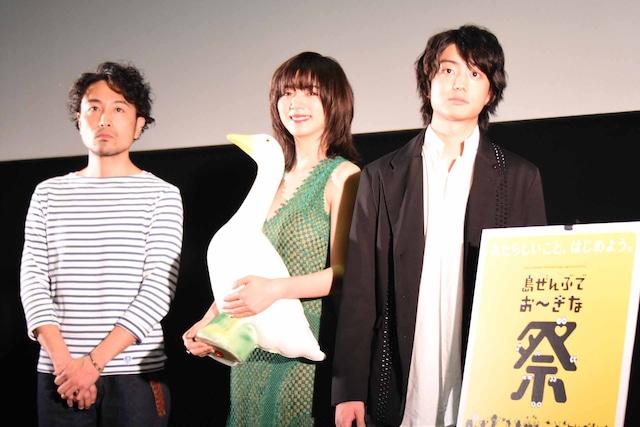 第10回沖縄国際映画祭「島ぜんぶでおーきな祭」での「ルームロンダリング」舞台挨拶の様子。左から片桐健滋、池田エライザ、健太郎。