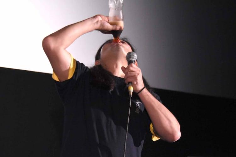 コーラを飲み干す鈴木Q太郎。