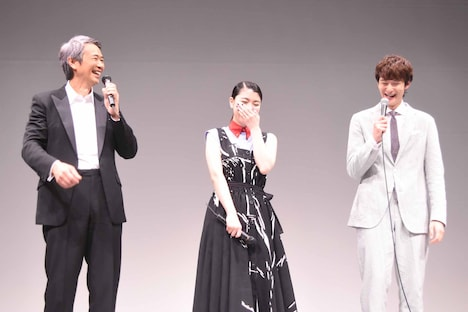 左から時任三郎、成海璃子、岡田将生。