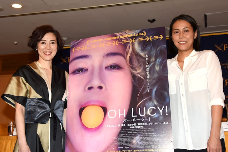 「オー・ルーシー!」記者会見にて、左から寺島しのぶ、平柳敦子。