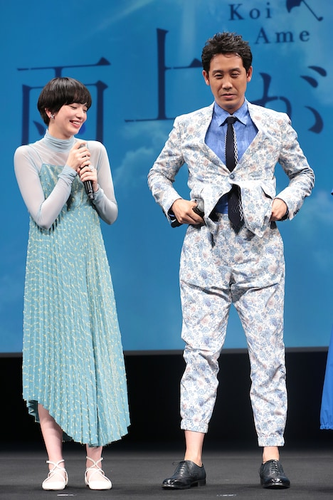 小松菜奈(左)と、脚の長さを強調するためにパンツの裾を上げる大泉洋(右)。
