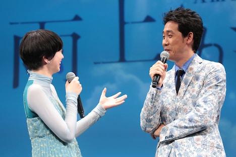 大泉洋(右)に「個人的な風邪です」と弁明する小松菜奈(左)。