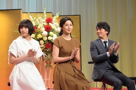 左から広瀬すず、松嶋菜々子、藤木直人。