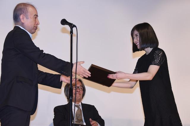 賞状を受け取る松岡茉優(右)。