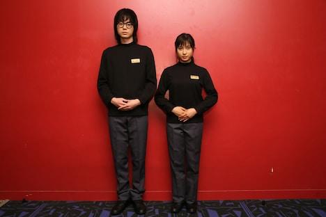 劇場スタッフの制服を着た菅田将暉(左)と土屋太鳳(右)。